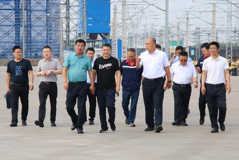 榆林市委常委、副市长李二中一行到榆林铁路物流集团牛家梁集运有限公司考察调研